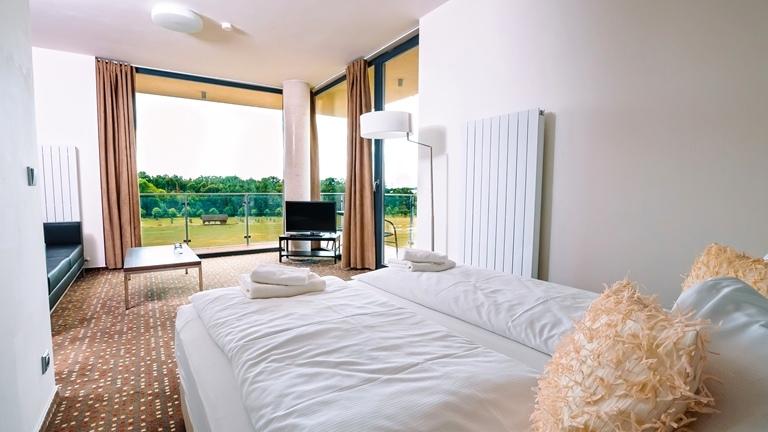 Luxusní apartmány s balkonem a výhledem na oboru s vysokou zvěří.