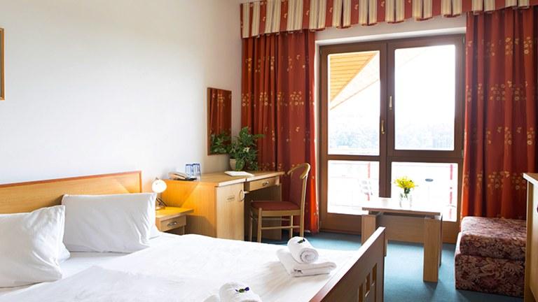 Komfortní apartmán s ložnicí a obývacím pokojem s rozkládací pohovkou.