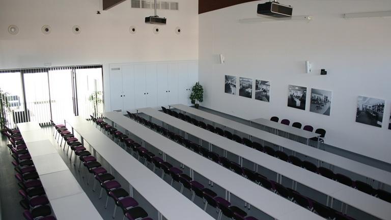 Náš kongresový sál nabízí kapacitu až 324 osob.