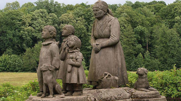 Pomník Babička s dětmi v Babiččině údolí můžete najít v dojezdové vzdálenosti resortu K-triumf.