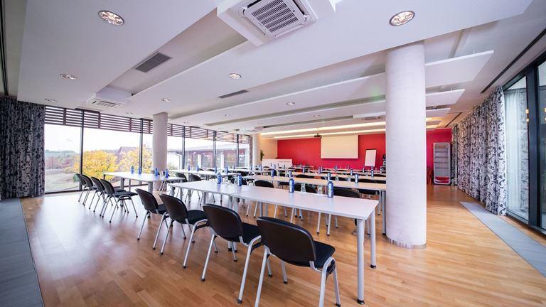 Skleněný salónek s kapacitou až 60 osob a výhledem do okolní přírody je vhodný pro firemní akce.