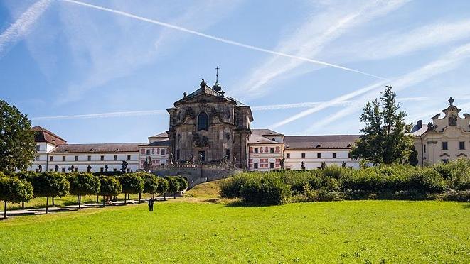 Majestátní Hospital Kuks s barokní lékárnou a bylinkovou zahradou je od resortu K-triumf vzdálen pouhých 10 km.